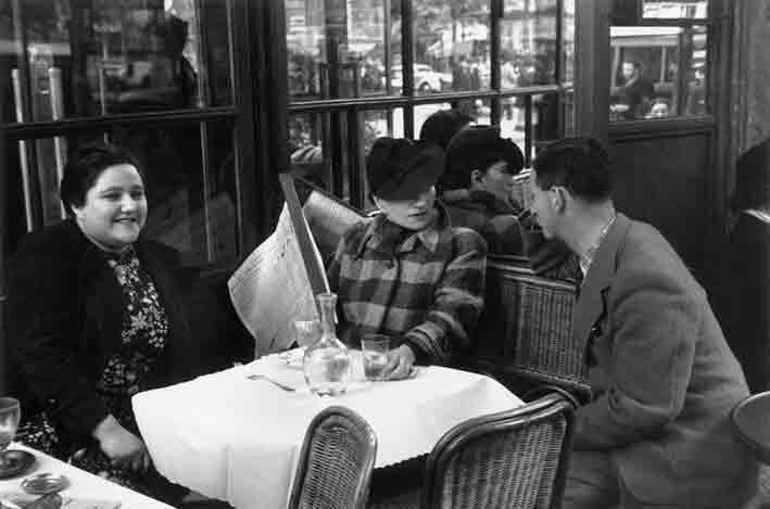 Willy Maywald: Charlotte Hockenheimer, Valeska Gert, Erwin Blumenfeld in einem Pariser Café, 1932-33.