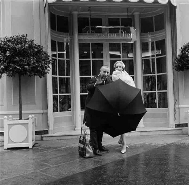 Roberto Moricard: Willy Maywald vor dem Atelier von Christian Dior, 1954