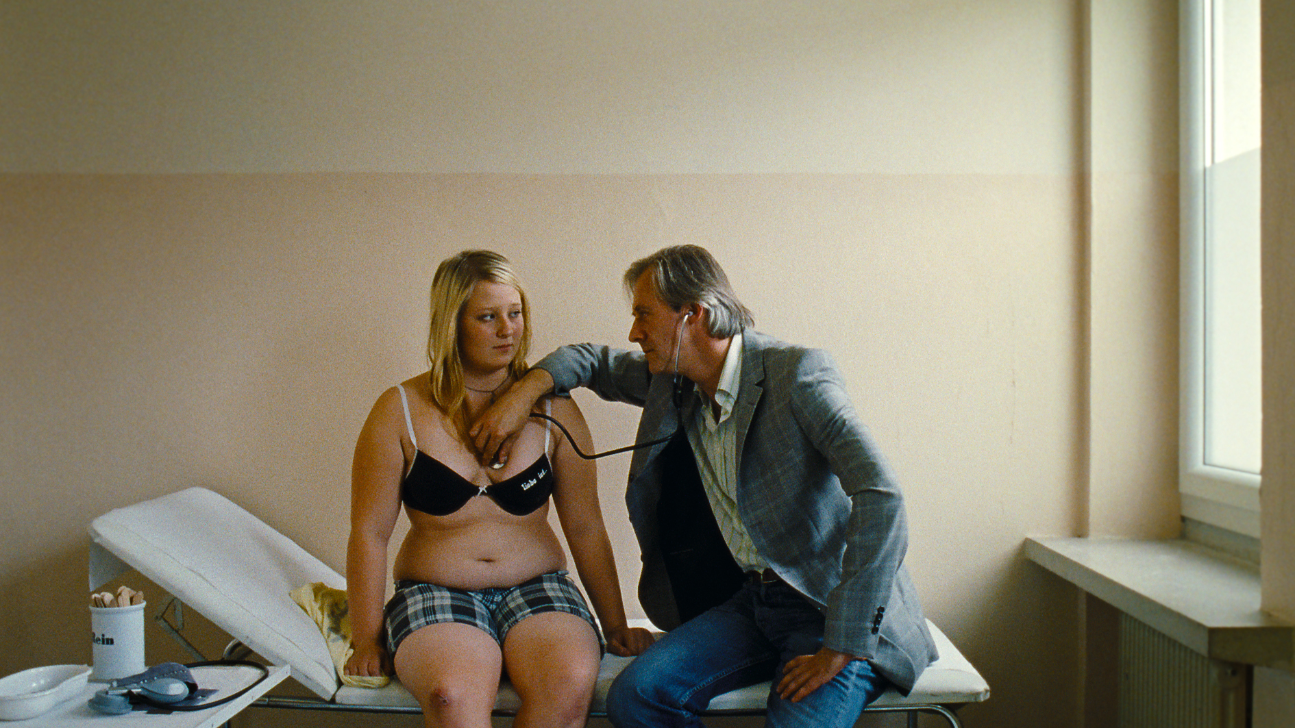 Melanie (Melanie Lenz) verliebt sich im Diätcamp in den 40 Jahre älteren Arzt (Joseph Lorenz). © Neue Visionen Filmverleih