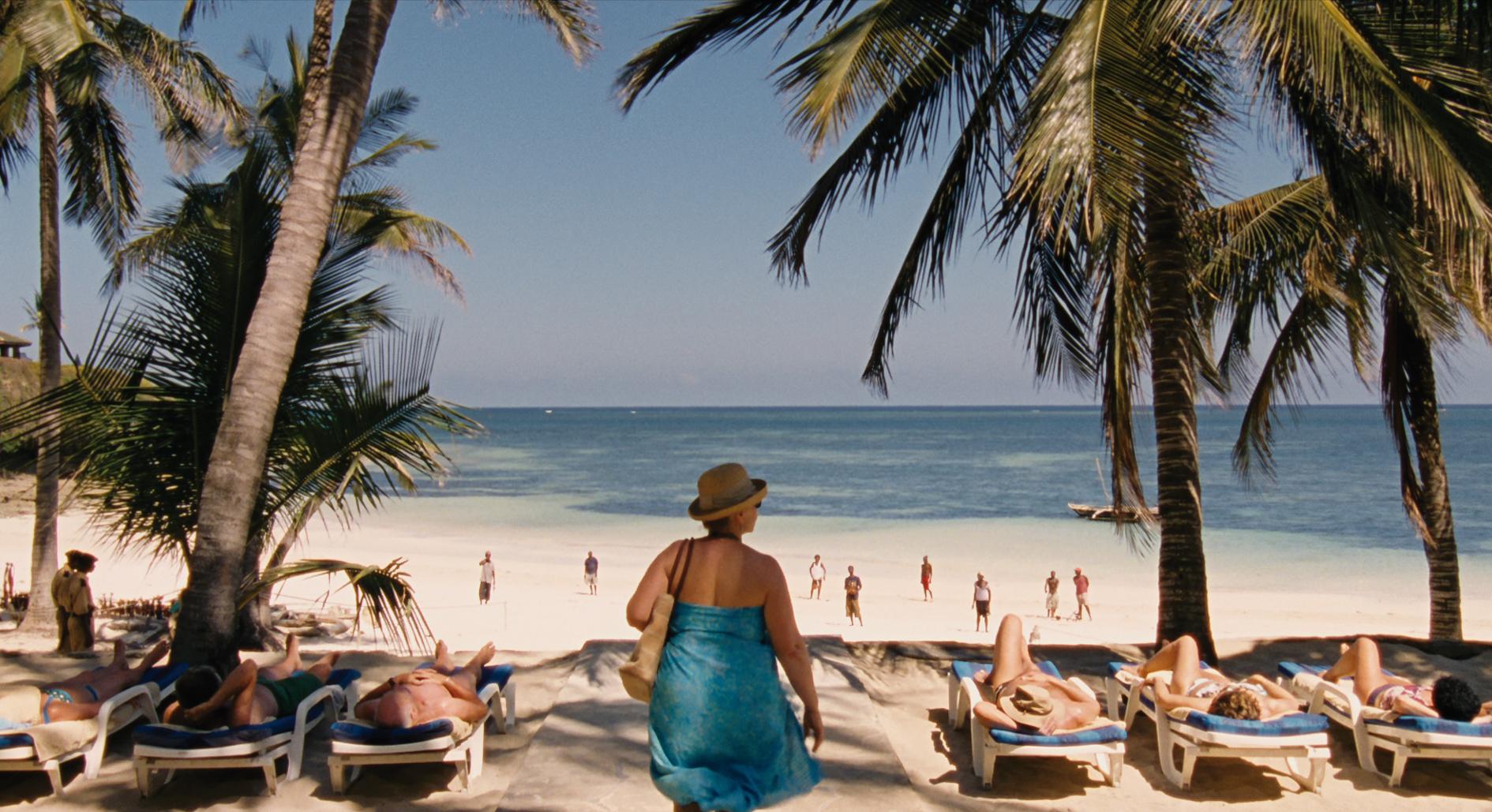 Teresa (Margarethe Tiesel) sucht ihr Glück bei den Beachboys am Strand von Kenia. © Neue Visionen Filmverleih