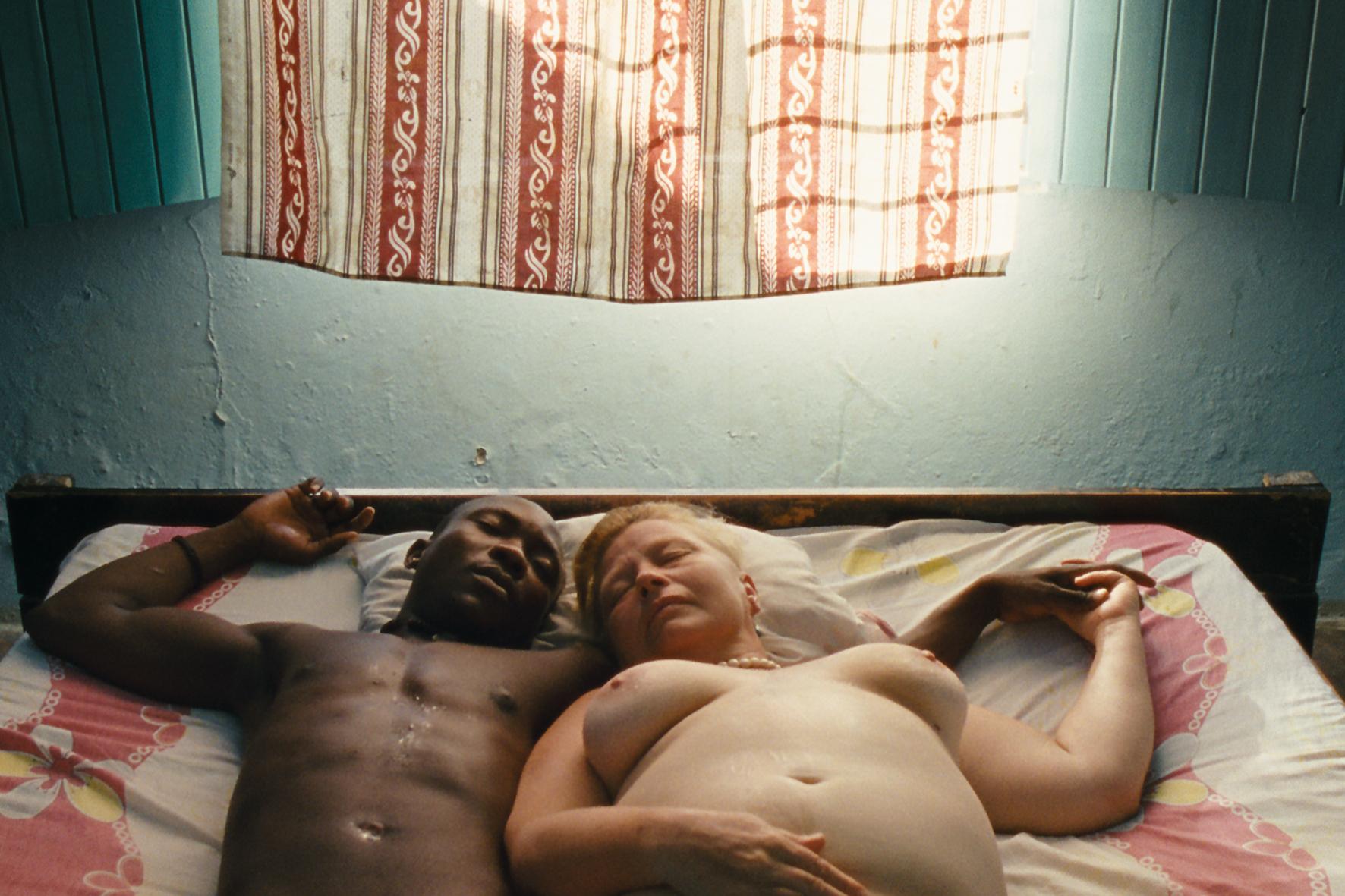 Der Traum vom bedingungslosen Sex geht für Teresa (Margarethe Tiesel) mit dem Beachboy Salama (Carlos Mkutano) in Erfüllung. Doch der Wunsch nach Anerkennung bleibt. © Neue Visionen Filmverleih