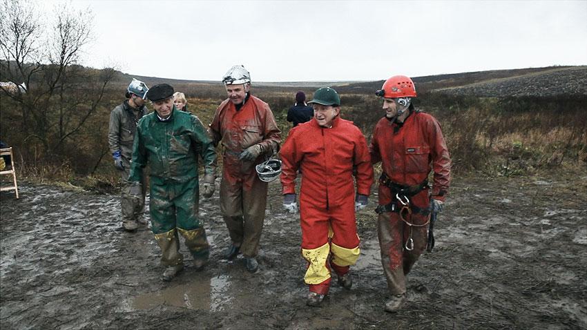 Sam Stermer, Gustav Stibranyi, Saul Stermer und Norbert Danko außerhalb der Priester-Grotte in der Ukraine