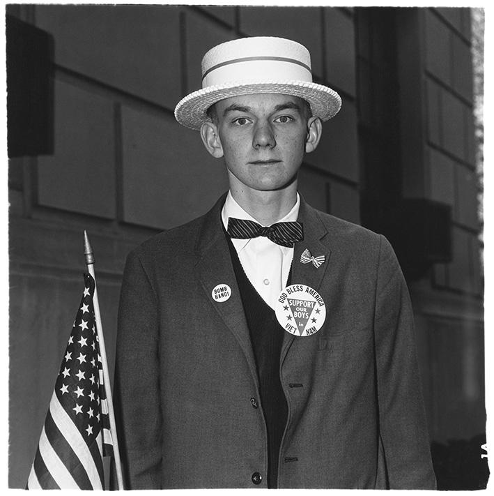 Junge mit Strohhut, der darauf wartet, in einer Pro-Kriegsparade mitzumarschieren, N.Y.C. 1967 | © The Estate of Diane Arbus