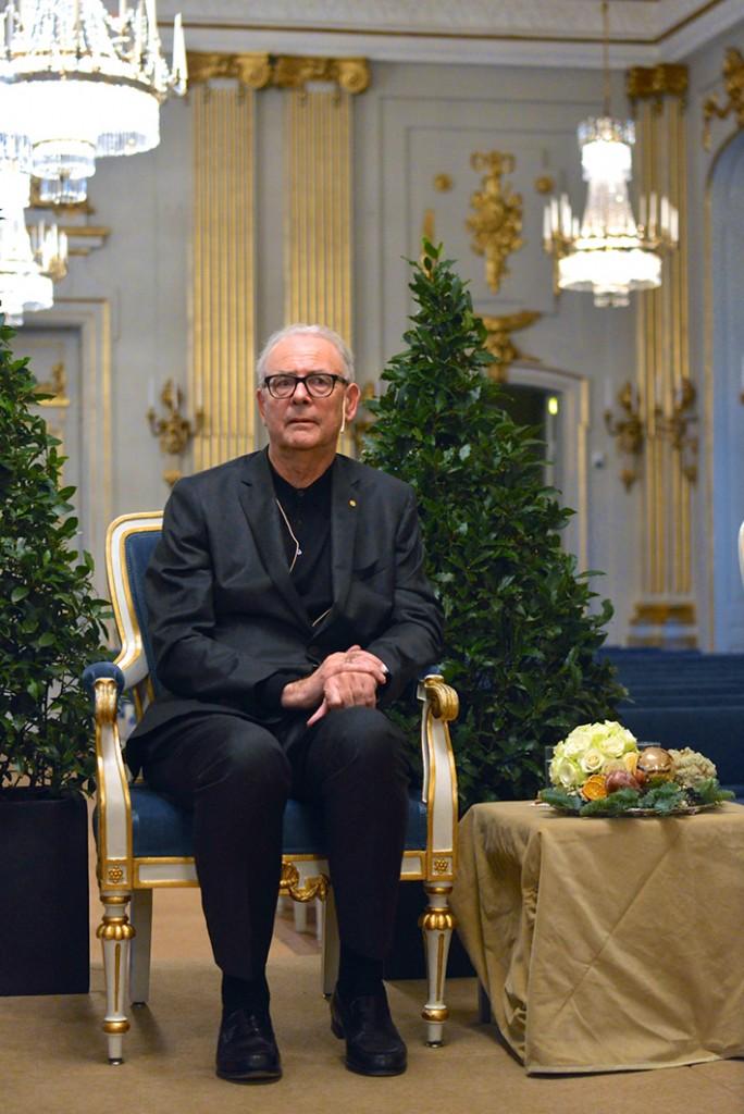 Der medienscheue Patrick Modiano in der Börshuset in Stockholm unter der Schwedischen Akademie Pressekonferenz am 6. Dezember 2014 | Foto: FrankieF via wikimedia commons