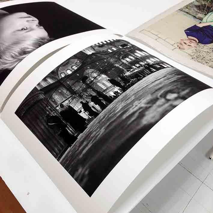 Offenes Fotopapier absorbiert das Licht. Es kommt zu keiner für das Auge wahrnehmbaren Reflektion.