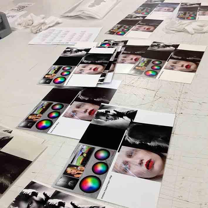 Bei d'mage kann man sich mit der Optik und Haptik von über zwanzig unterschiedlichen Fotopapieren auseinandersetzen