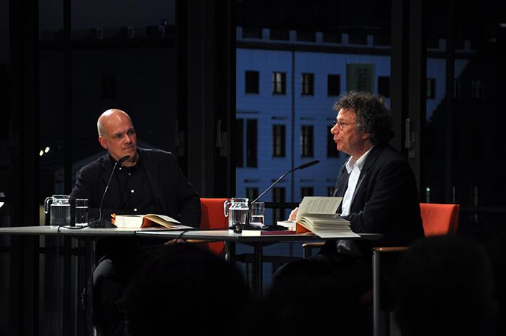 »Ich erfahre so viel über den untergegangenen Westen und über die Gegenwart - erst jetzt weiß ich, dass ich mir genau so einen Roman über dieses Land schon immer gewünscht habe.« Ingo Schulze