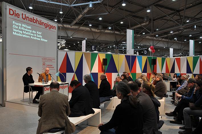 Verleger Andreas Rötzer und Autor Frank Witzel stellen bei der Buchmesse in Leipzig 2015 »Die Erfindung der Roten Armee Fraktion durch einen manisch-depressiven Teenager im Sommer 1969« vor
