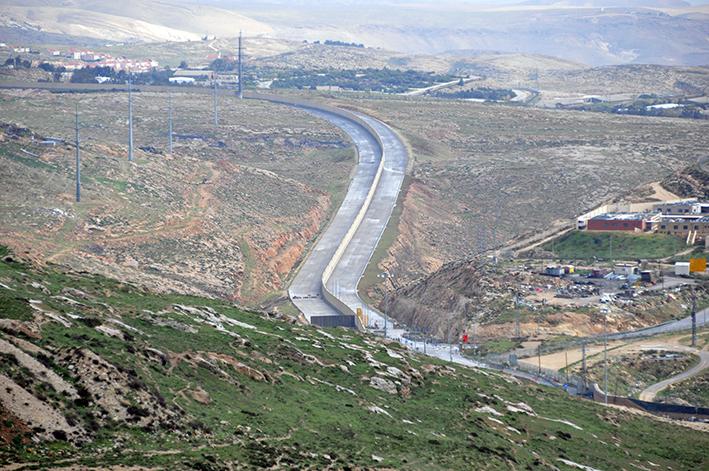 Die Trennung des Landes in zwei Hälften ist nicht mehr zu übersehen. Hier am Beispiel des sogenannten East Jerusalem Highway | Foto: Thomas Hummitzsch