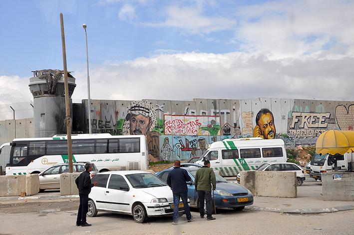 Die Besatzung ist allgegenwärtig, auch am Checkpoint Qalandia. Von der Mauer prangt noch der ehemalige PLO-Führer Yassir Arafat | Foto: Thomas Hummitzsch