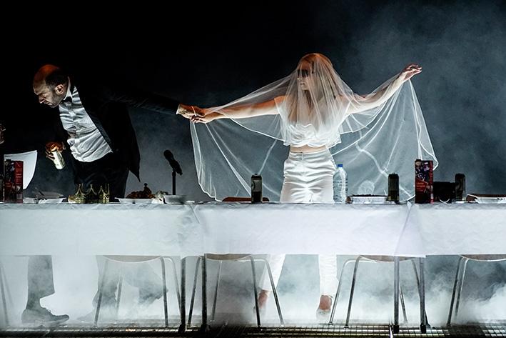 Urs Zucker und Jenny König in »Hamlet« an der Berliner Schaubühne | Foto: Arno Declair