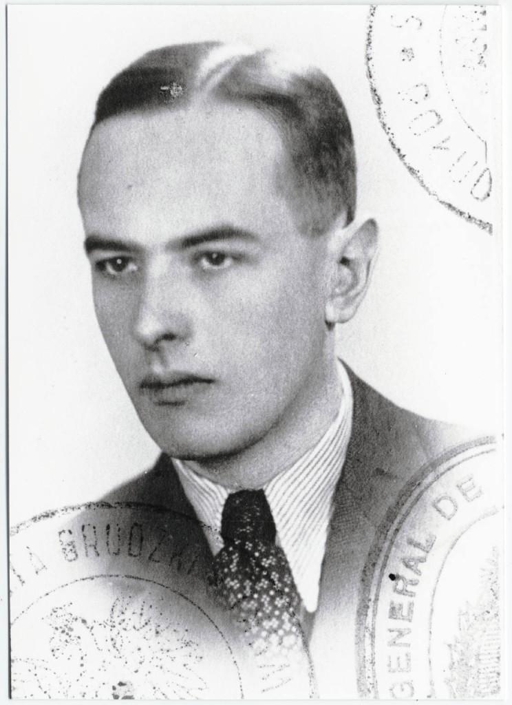 Schwarz-Weiß-Fotografie von Witold Gombrowicz aus seinem polnischen Ausweis | Beinecke Rare Book & Manuscript Library, Yale University