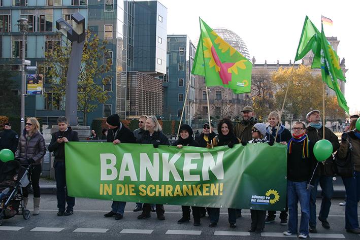 Mitglieder von Bündnis 90/Die Grünen während einer Demonstration für Bankenregulierung in Berlin im November 2011 (CC BY 2.0)
