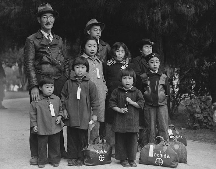 Mitglieder der Mochida-Familie warten auf ihre Evakuierung mit dem Bus | Foto: National Archives at College Park